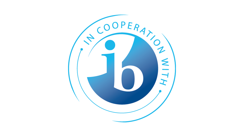 "Logo with text ""in cooperation with IB"""
